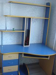 Продам компьютерный стол в сине-жёлтых тонах